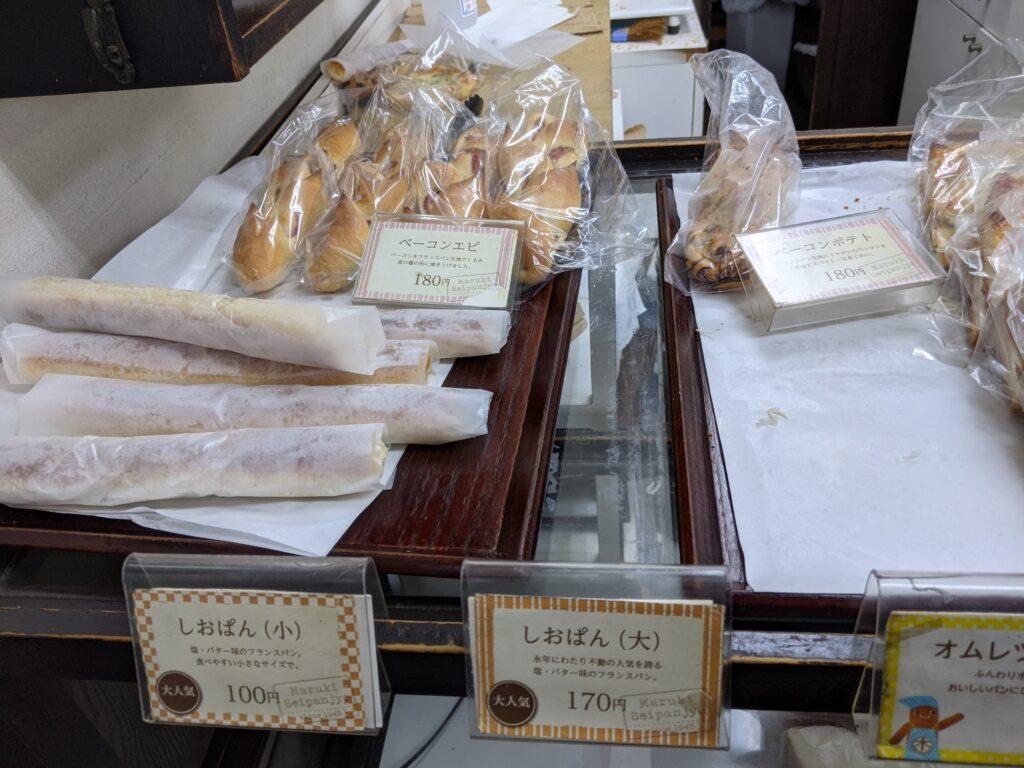 作っては売られていくパンたち